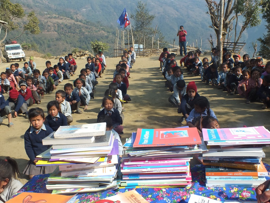 3 schools in Gorkha receives books and furnitures thanks to Promis !